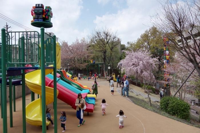【六本木】おもしろ遊具がたくさん!春にはお花見もできる「さくら坂公園」の魅力