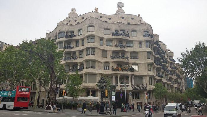 【バルセロナ】グエル公園:アントニオ・ガウディの夢が詰まった色彩の芸術