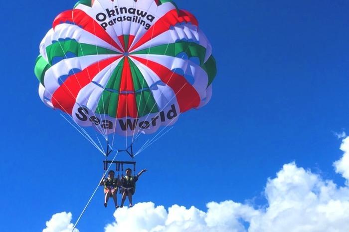 沖縄を空中散歩! 人気のパラセーリングツアー14選