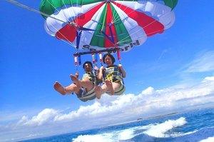 沖縄の空を空中散歩! 人気のパラセーリングツアー14選
