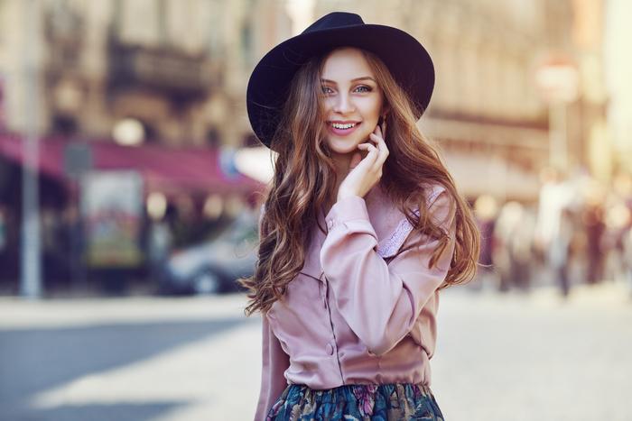 ccd6dbfca814a8 女性人気ランキング上位のつば広ハット(帽子)とは?被り方やコーデを ...