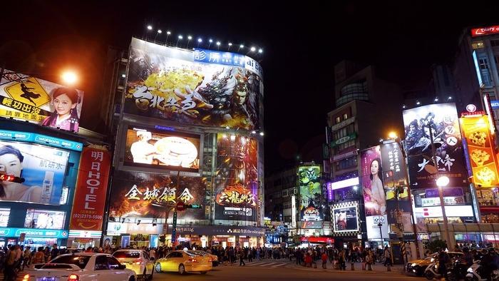 台北】若者たちが行き交う街「西...