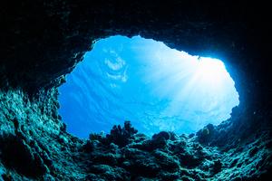 【沖縄・恩納村】沖縄屈指のダイビングスポット!神秘的な「青の洞窟」とは?