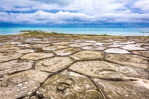 【沖縄】奥武島(おうじま)の畳石は神秘の結晶‼巨大な亀の上にいるみたい?